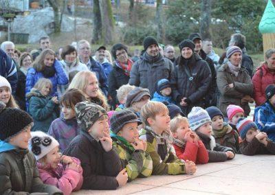 Das junge Publikum schaut gespannt zu