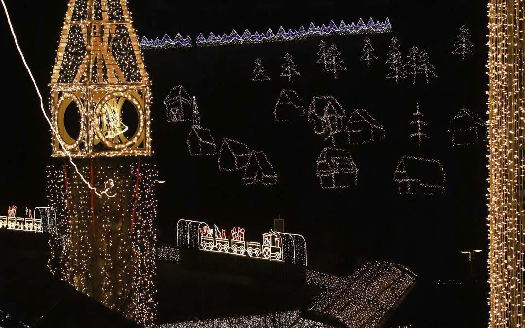 Glockenturm im Weihnachtsdorf